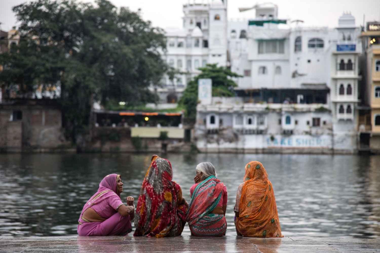Femmes sur le Ghat, U...  by M. Gilbert BADAF